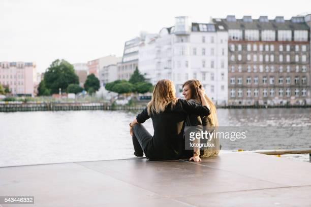 Frauen Rückansicht eines Liebenden Paares in Berlin, umarmen
