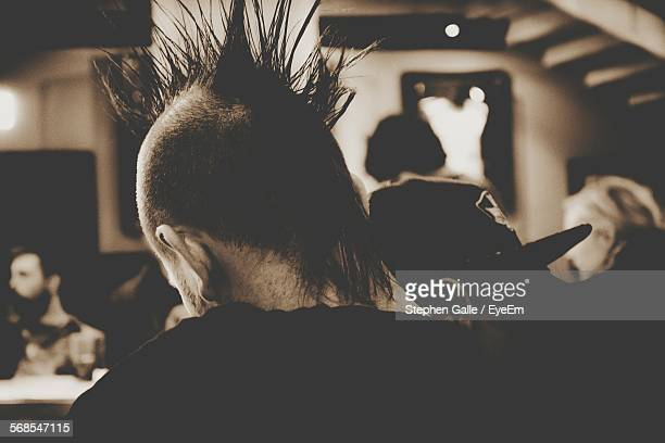 rear view of man with spiky hair - punk - fotografias e filmes do acervo