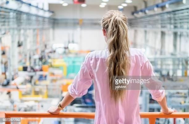 achteraanzicht van manager bij fabriek - rug stockfoto's en -beelden