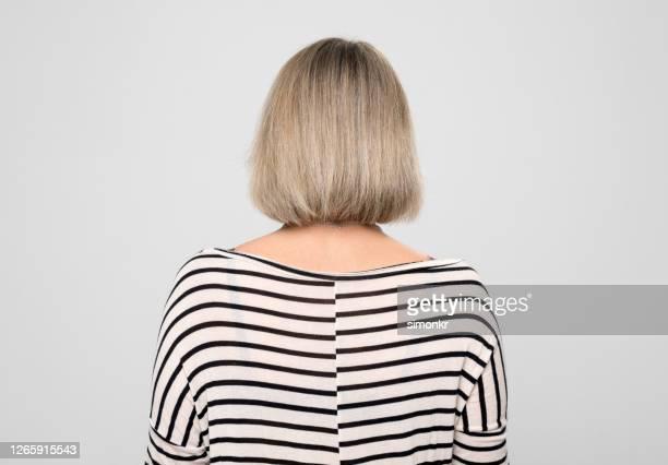vista posteriore della donna matura - capelli a caschetto foto e immagini stock