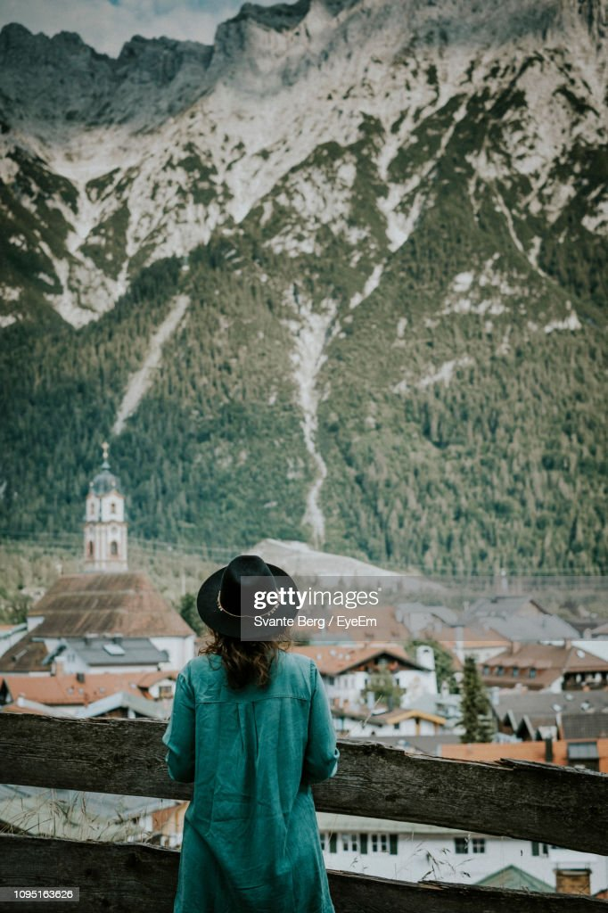 Rear View Of Mid Adult Woman Standing Against Snowcapped Mountain : Foto de stock