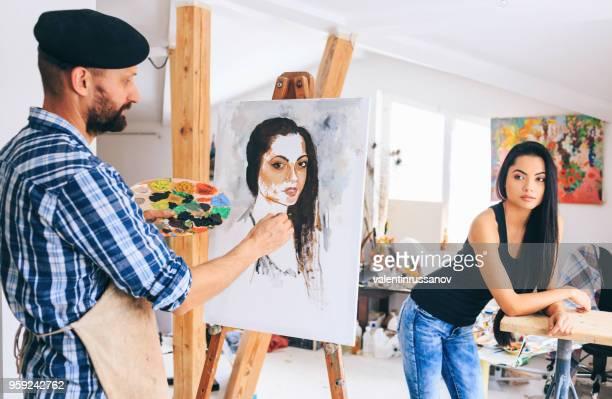 rückansicht des malers machen portarit jungen frau - malerleinwand stock-fotos und bilder