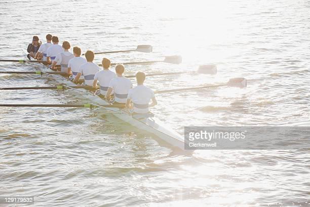 Rückansicht des Menschen sitzen in einem Kanu