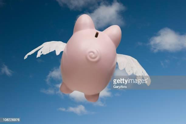 Rückansicht von Sparschwein fliegen in Himmel entfernt