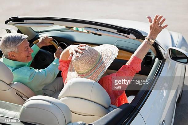 Vue arrière du couple âgé en Décapotable