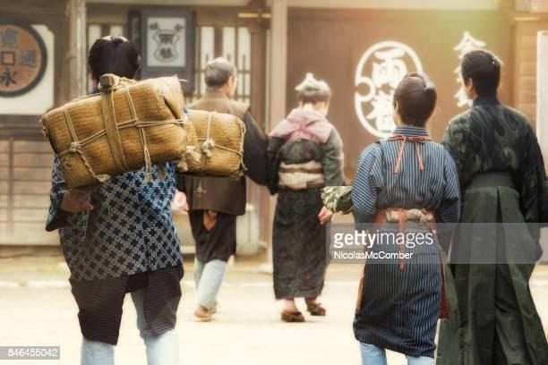 江戸時代の村のシーンを再現する日本人俳優の小グループの後姿 - edo period ストックフォトと画像
