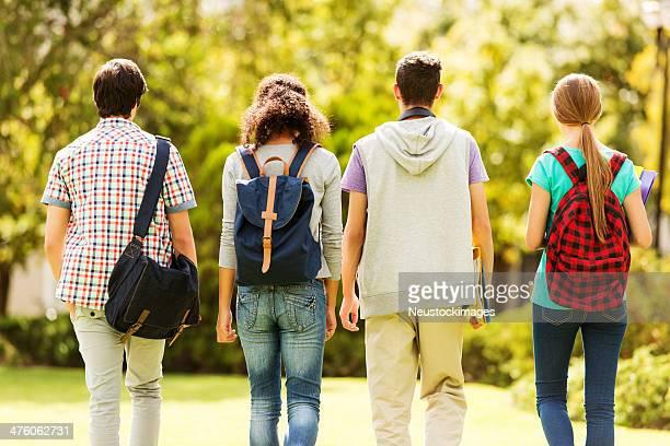 背面の学生キャンパスでの散歩