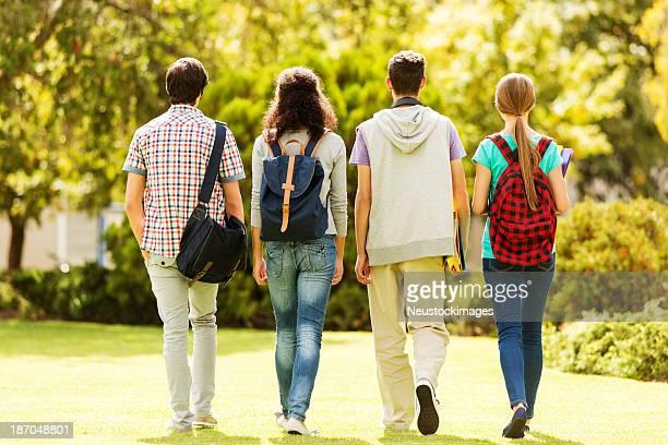 背面の学生は、大学のキャンパスを歩く