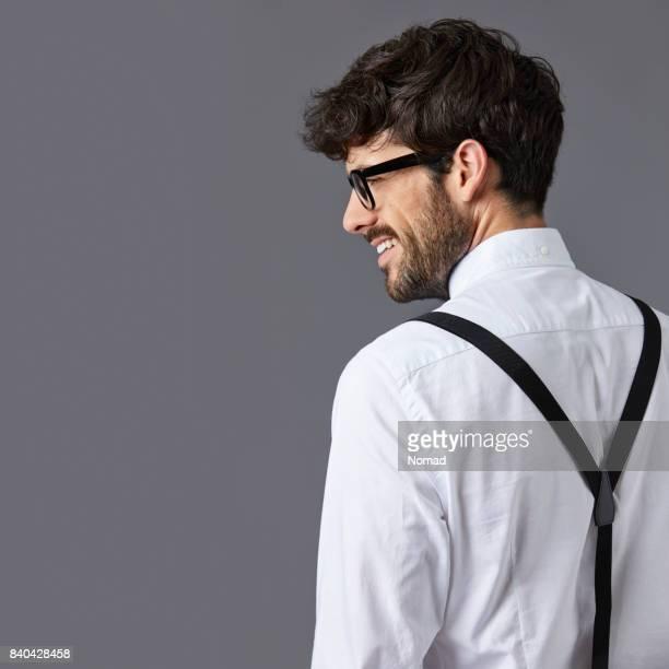 Vue arrière du gentil homme souriant