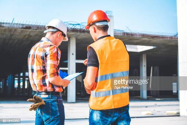2 つのサイトの建設労働者の背面図