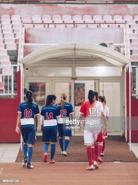 vue arrière de deux équipes de soccer féminin, laissant le terrain de jeu. - football féminin photos et images de collection