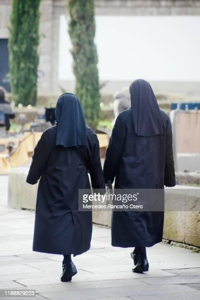 通りを歩く2人の修道女の背面図。 - 聖職服 ストックフォトと画像