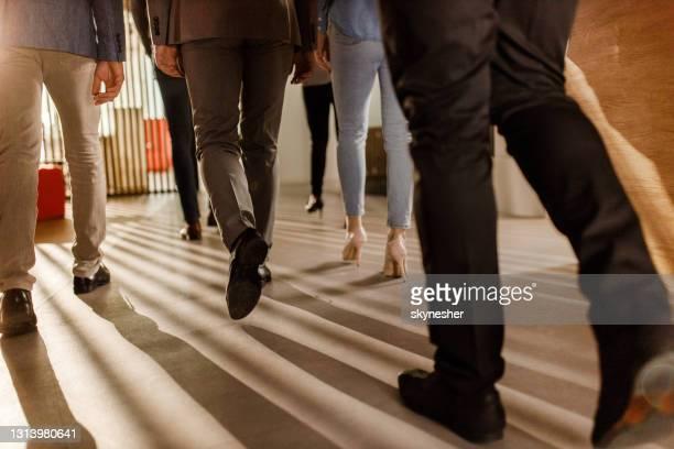 vue arrière des gens d'affaires méconnaissables marchant dans un hall. - talons hauts photos et images de collection