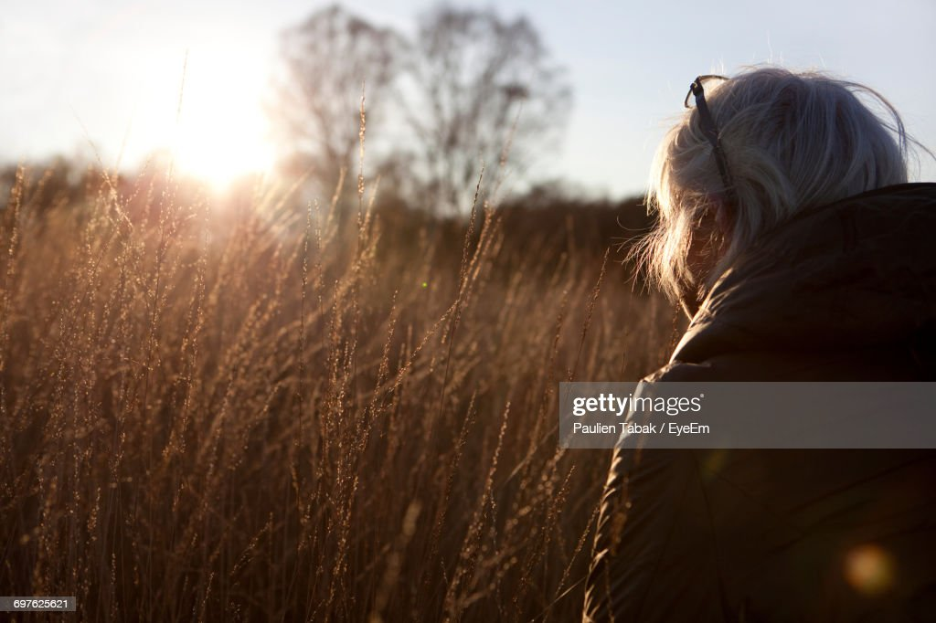 Rear View Of Woman Against Sky : Stockfoto