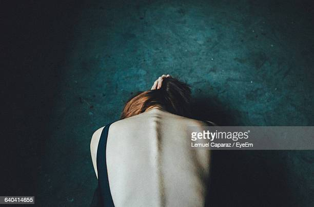 rear view of woman bending against green wall - anorexia nervosa imagens e fotografias de stock