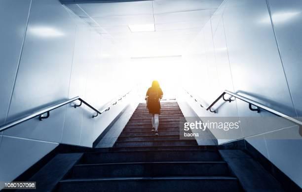 階段を登る女性の後姿 - のぼり ストックフォトと画像