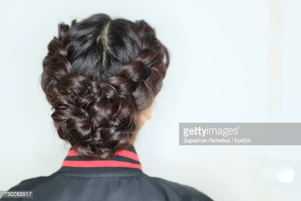 rear view of woman head with braids against white background - coque cabelo para cima - fotografias e filmes do acervo