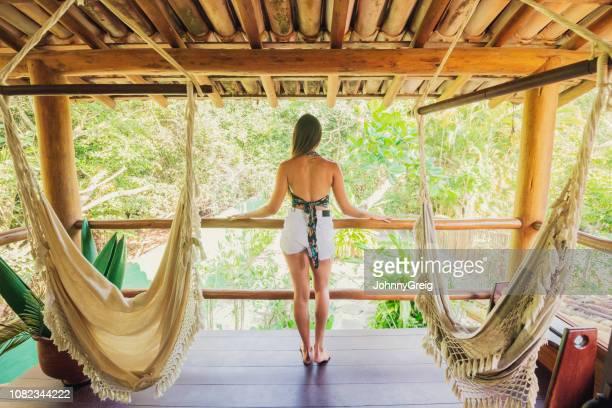 rückansicht der frau auf balkon - nordöstliches brasilien stock-fotos und bilder