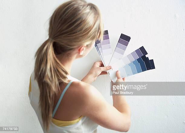 Rückansicht der Frau mit Farbe Proben