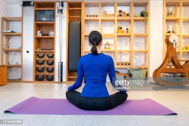 rückansicht des yogalehrers im fitnessstudio - camel active stock-fotos und bilder