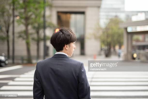 若手ビジネスマンの背面図 - 後ろ姿 ストックフォトと画像