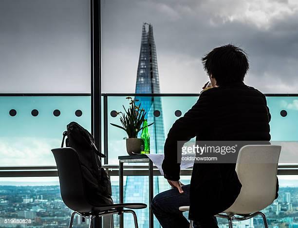 Rückansicht des jungen Mannes Blick über die Skyline von London