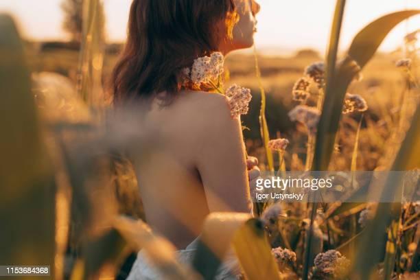 rear view of young shirtless woman - mujer desnuda naturaleza fotografías e imágenes de stock