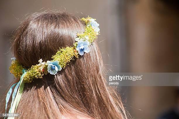 vista posteriore di giovane donna con ghirlanda di fiori. - mazzi fiori di campo foto e immagini stock