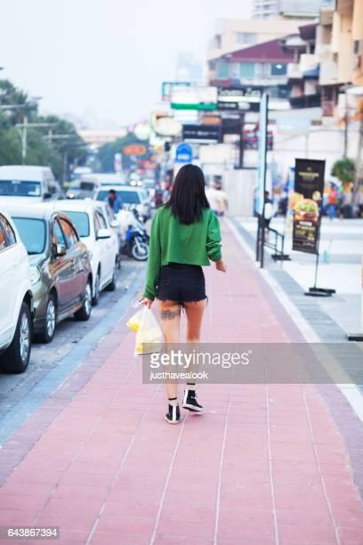 rearshot de poca altura kathoey tailandés - kathoey fotografías e imágenes de stock