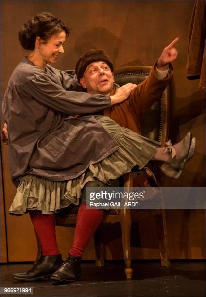 Rebecca Marder et Christian Hecq de la ComédieFrançaise interprètent au 'Théâtre du VieuxColombier' la pièce 'Les Rustres' de Carlo Goldini le 20...