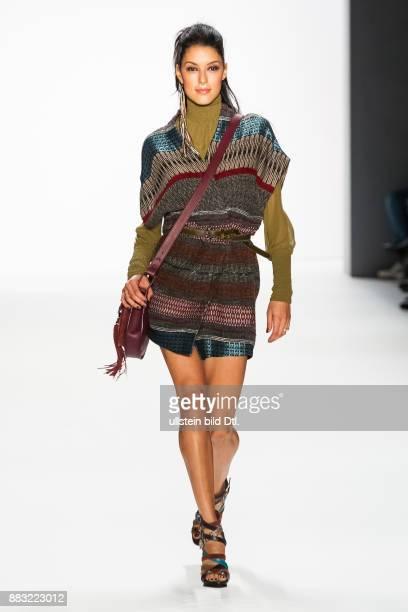Rebecca Mir läuft auf dem Runway bei der RIANI Show während der Mercedes-Benz Fashion Week Berlin Herbst/Winter 2016 am Brandenburger Tor am 19....