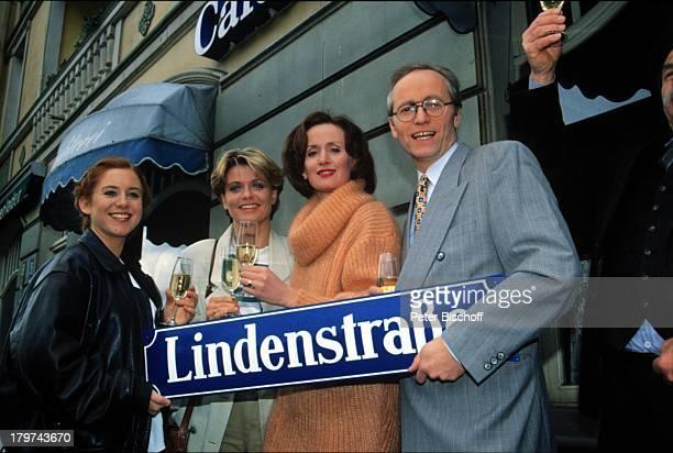 Rebecca SiemoneitBarum Andrea SpatzekIrene Fischer Joachim Hermann LugerARDSerie Lindenstrasse Folge 300