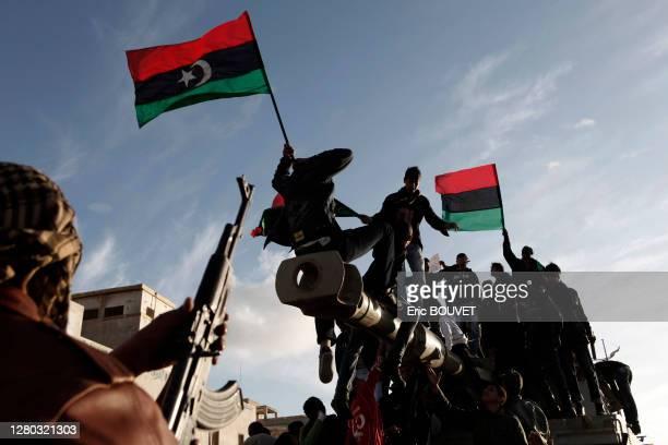 Rebelles avec des drapeaux libyens sur un char capturé la veille, 21 mars 2011, Benghazi, Libye.