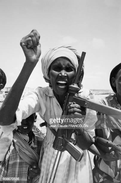Rebelles somaliens levant les armes lors du conflit entre la Somalie et l'Ethiopie en juillet 1982 en Somalie