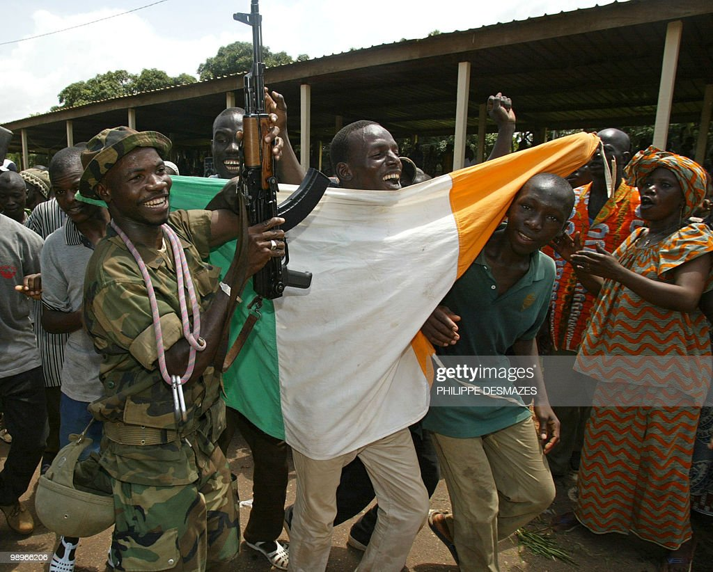 Rebels raise their arms and Ivory Coast' : News Photo
