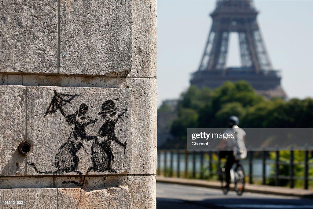 British Graffiti Artist Banksy Puts Up  New Works In Paris : Foto jornalística