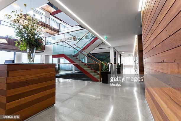 Un espace de réception moderne, un espace de travail bien éclairé