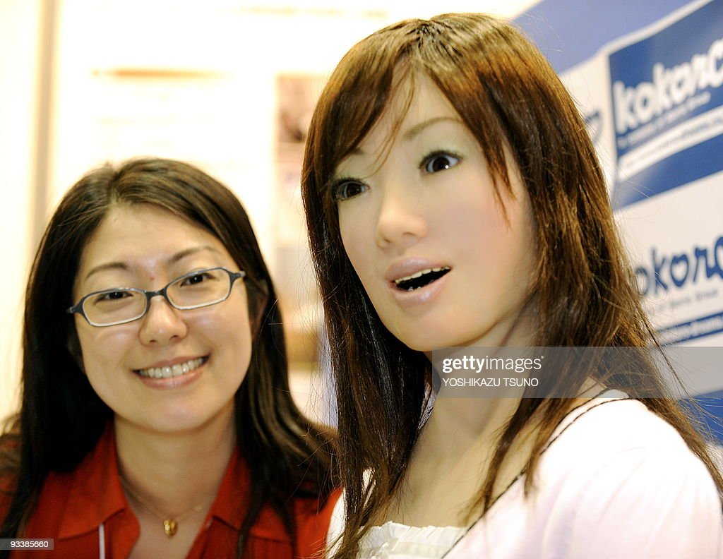 A receptionist robot (R), produced by Ja : News Photo