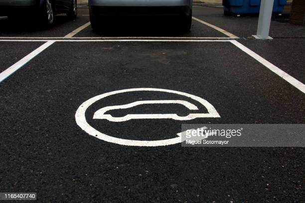 recharge point signal for electric cars - hybrid vehicle stock pictures, royalty-free photos & images