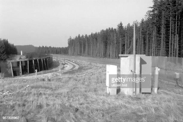 Rechter und linker Metallgitterzaun der DDRGrenzanlagen im Oberharz im Grenzgebiet der innerdeutschen Grenze zwischen SachsenAnhalt und Niedersachsen...