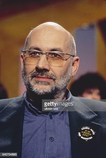 Rechtsanwalt und Systemkritiker Horst Mahler. Er trägt eine Plakette mit der Aufschrift 'Ich greife ein - gegen Nazis und Rassisten' am Revers seines...