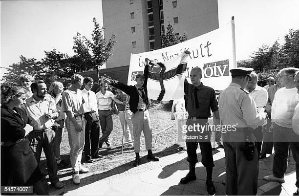 Rechtsradikale Demonstranten entrollennach dem Tode von Rudolf Hess eine'Reichsfahne' vor dem KriegsverbrecherGefängnis in Spandau dahinter...