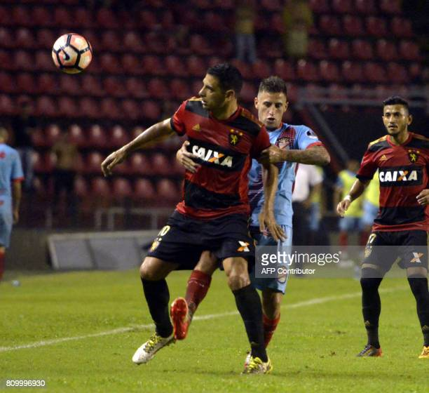Recifes' Diego Souza and Arsenal's German Ferreyra vie for the ball during their Sudamericana Cup football match in Recife Brazil on July 6 2017 /...