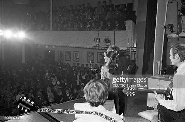 Recital Of Hughes Aufray And Pascale Audrey At Bobino Paris Bobino 16 Novembre 1967 Lors de leur récital Hugues AUFRAY et sa soeur Pascale AUDRET se...