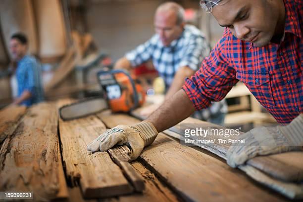 Einer alten Holz-workshop. Eine Gruppe von Menschen arbeiten. Ein Mann mich