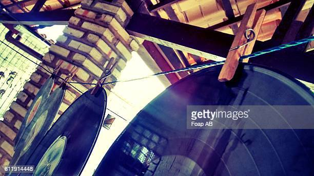 record drying on clothesline - opslagmedia voor analoge audio stockfoto's en -beelden