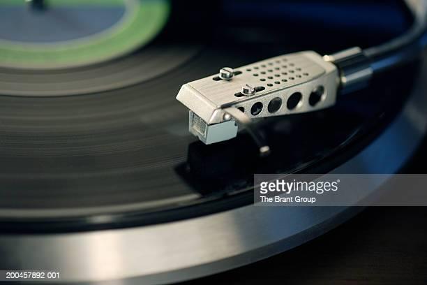 record on turntable, close-up (blurred motion) - opslagmedia voor analoge audio stockfoto's en -beelden