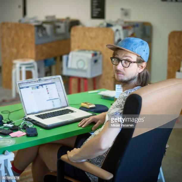record store owner sitting at office desk - nerd imagens e fotografias de stock