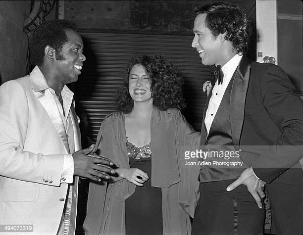 Recording artist and actor Lou Rawls with singersongwriter Melissa Manchester and comedian actor Chevy Chase backstage during a tribute to Muhammad...