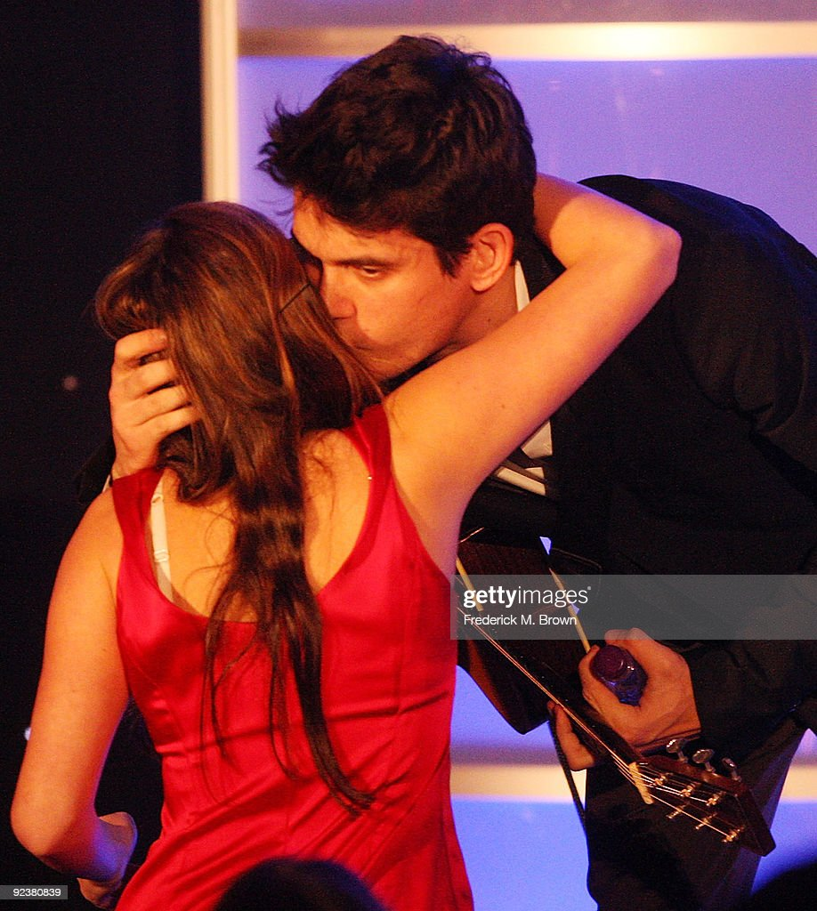 Recording artist John Mayer kisses a fan during the Fulfillment Fund's annual STARS 2009 benefit gala at the Beverly Hills Hotel on October 26, 2009 in Beverly Hills, California.